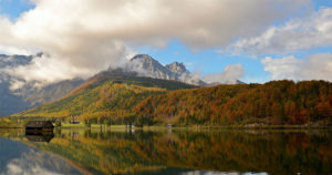 Paysage, cabane au bord d'un lac